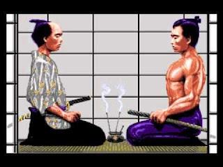 Otra captura del comienzo de First Samurai que muestra a maestro y alumno juntos y arrodillados, armados con sus katanas