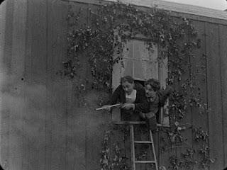 "Кадр из фильма Чарли Чаплина ""Бродяга"" / The Tramp (1915) - 17"