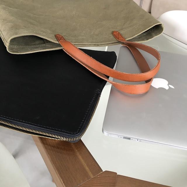 Tote en toile kaki + housse laptop en cuir Madewell