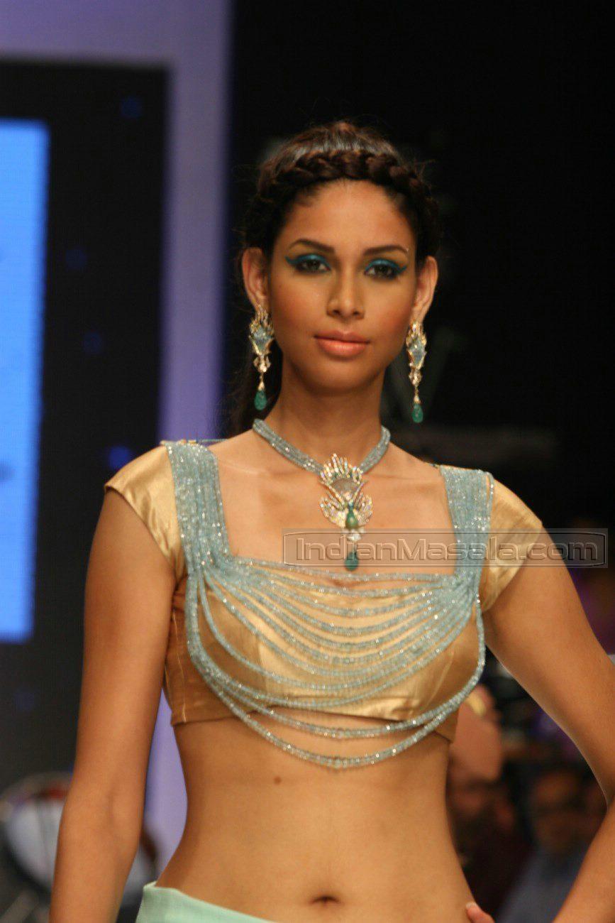 Dollar Chauhan: Amruta Patki Navel Show Palluless On The Ramp