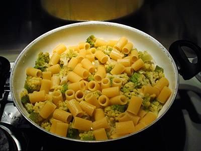 Scolare la pasta nel tegame con il broccolo