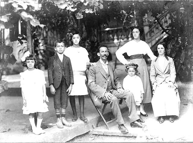 Olympio Brasiliense quando criança, em família.