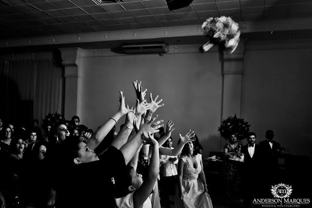 casamento clássico, casamento elegante, casamento chique, casamento real, decoração branca, tapete de espelho, passarela espelhada, casamento, cerimonia de casamento, anderson marques, dunia city hall, casarei em brasilia, casamento em brasilia, festa de casamento, lustres, noiva jogando o buque
