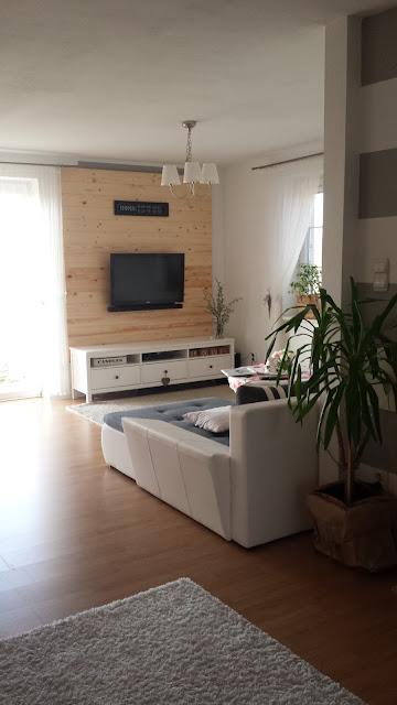 drewniana ściana w salonie, deski na ścianie, witryna Hemnes Ikea, szafka rtv Hemnes Ikea, stolik Isala Ikea, stół Ingatorp Ikea, krzesła Ingolf Ikea