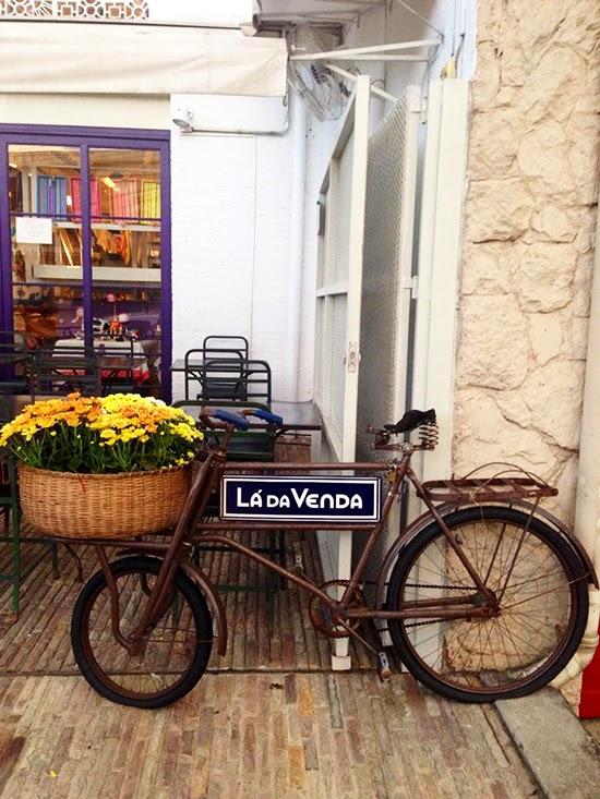 bicicleta com cesto de flores