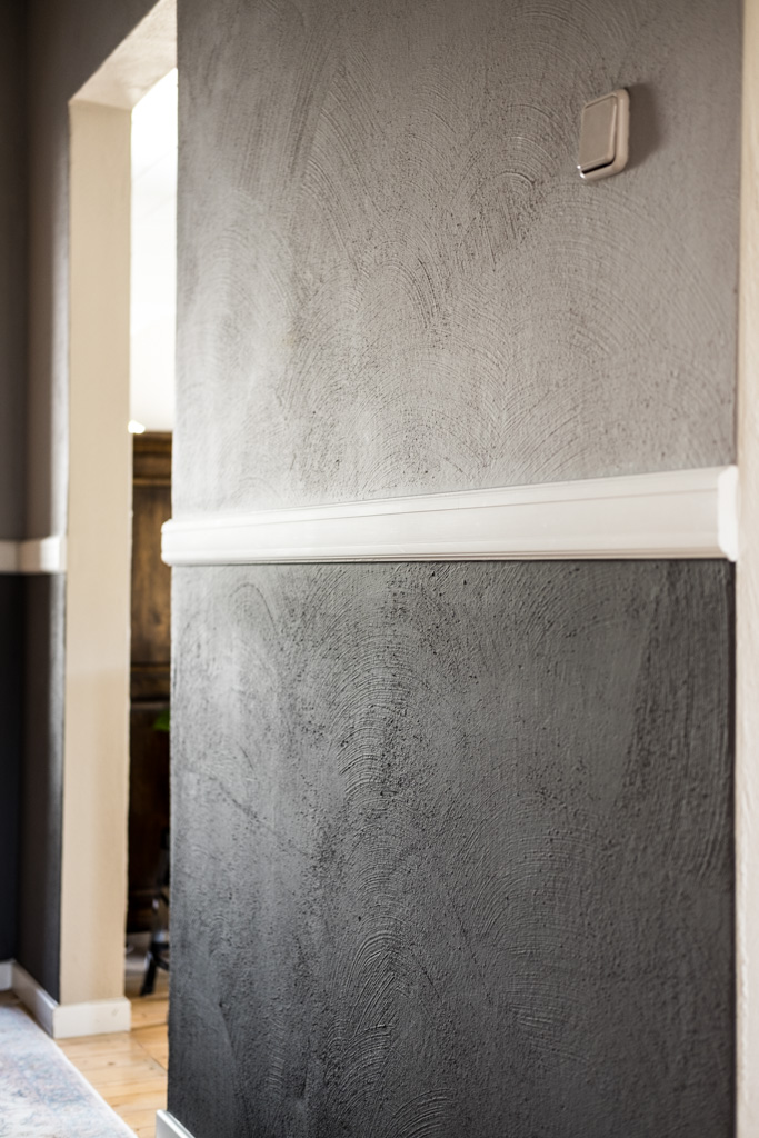 fim.works | Lifestyle Blog | Flur im New Hampshire-Look: Hellgrau und Dunkelgrau verputzte Wände mit Stuckleisten