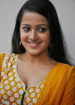 Samskruthi Shenoy south indian actress rare cleavage pics