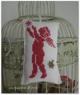 http://silviainpuntadago.blogspot.it/2010/12/un-free-di-casamia-ricamato-in-rosso-su.html