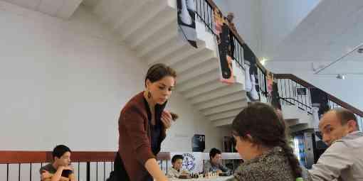 La grand maître internationale d'échecs Dina Balenkaya une simultanée au club de Villeneuve sur Lot - Photo © Sud Ouest