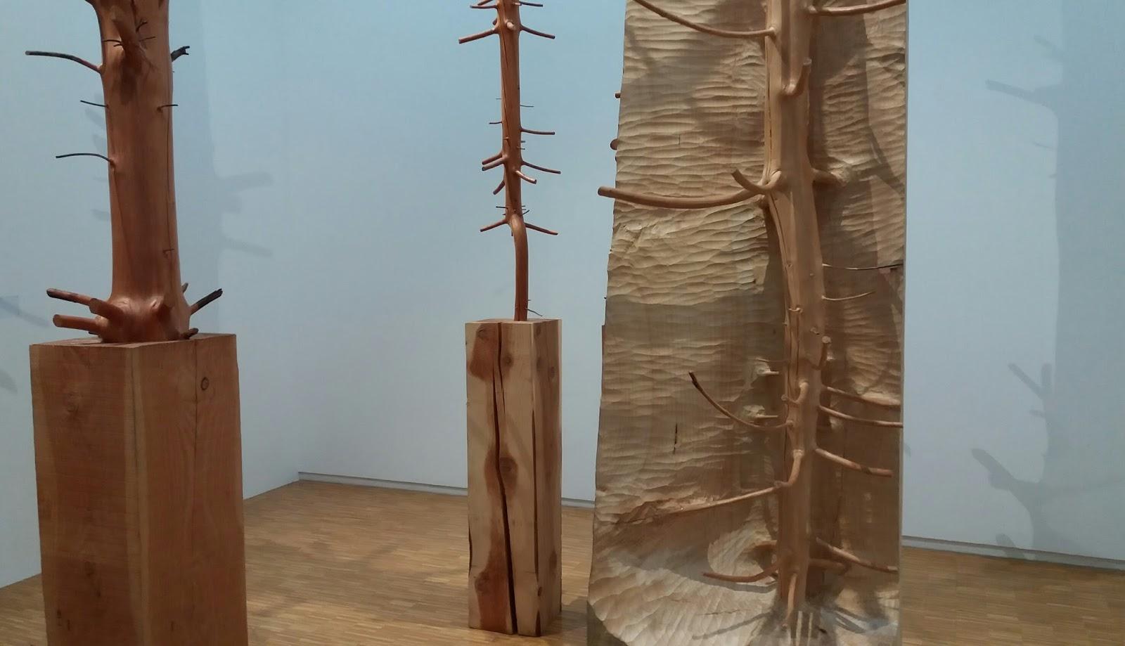 Ulompi toimi puun tapauksessa on yleensä valmistettu kaunis tumma puu, joka on taidokkaasti veistetty folk ja metsä kohtauksia.