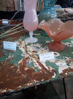 cristaleria y mesa estilo industrial feria de antiguedades de Noja