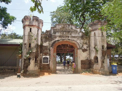 Puerto Princesa Travel Guide: the old gate of Plaza Cuartel