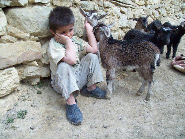 Üzgün çocuk resmi.
