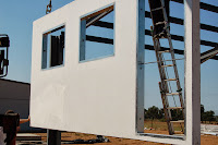 foto montaje fachada nave con panel macizo