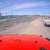 Une camionnette passe près de créer une catastrophe en reculant en plein milieu de l'autoroute!