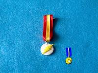 Foto de una medalla de fimo con el logo del personaje de The Flash