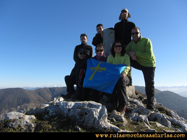 Ruta de las Foces del Rio Pendón y Varallonga: Cima del pico Varallonga.