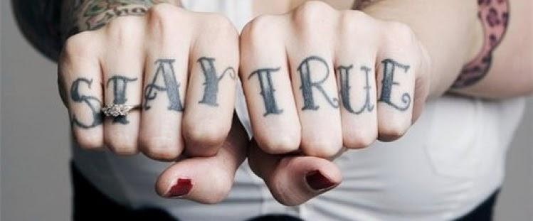 tatuagens escritas nos dedos