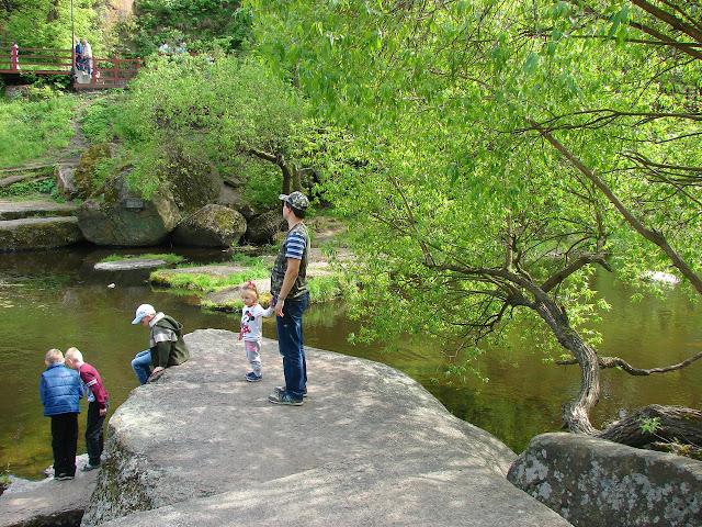 Коростень, парк имени Островского, я с Линой на камушке