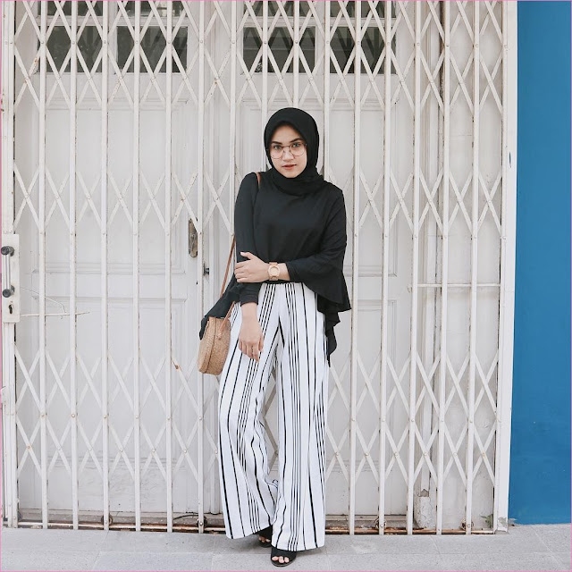 Outfit Celana Cullotes Untuk Hijabers Ala Selebgram 2018 kerudung segiempat hijab square kacamata top blouse high heels loafers and slip ons hitam pants cullotes pallazo stripe hitam putih slingbags rotan ootd trendy