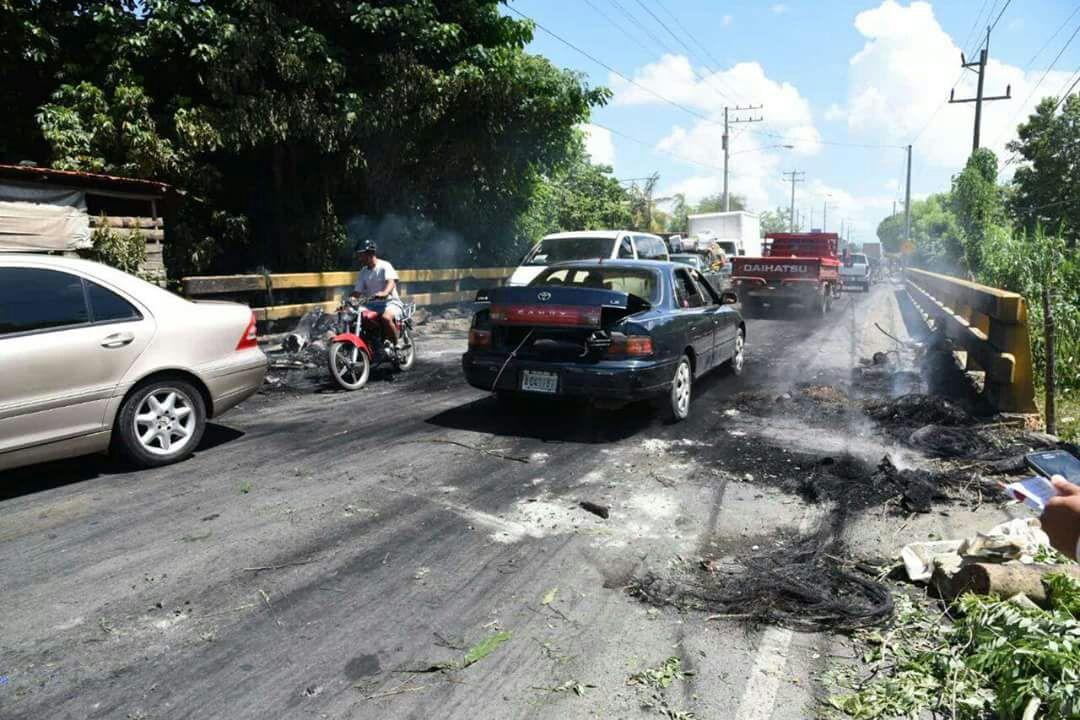 Protestas y quema de neumáticos en Cenoví por desaparición de Emely Peguero.