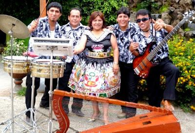 Foto de Perlita de Huaral posando con su agrupación
