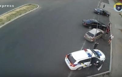 З'явилося відео, як у Дніпрі трощать авто поліції
