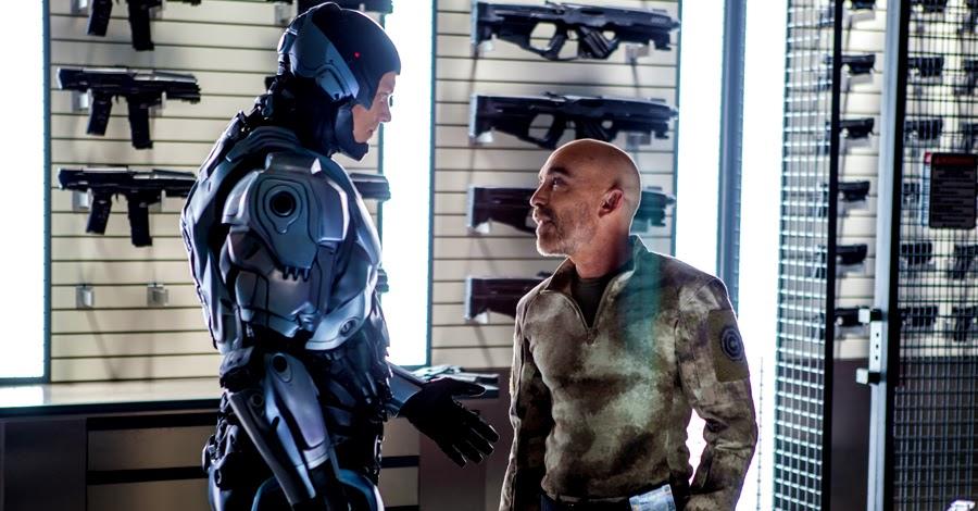 Joel Kinnaman şi Jackie Earle Haley în Robocop 2014