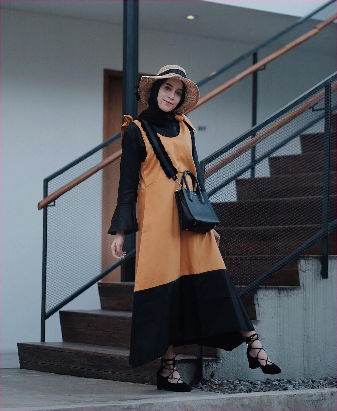 Mix And Match Outfit Baju Luaran (Inner) 2018 Ala Selebgram_dres tanpa lengan_slip dress kuning tua_top_blouse lengan terompet_handbags_hijab_pashmina rawis_ankle boots_cleopatra boots_flatshoes hitam_topi pantai_ootd_trendy_tangga coklat