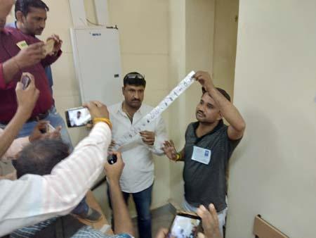 उपचुनाव: कोलारस EVM मशीनो की सीलें टूटी मिली, कांग्रेस का आरोप | MP NEWS