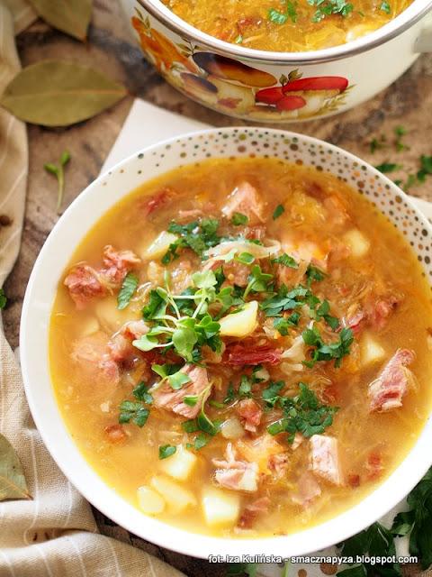 kapusniak z kiszonej kapusty, kiszona kapusta, kapusniaczek, kwasna zupa, domowe jedzenie, zupa z wkladka miesna, zupa na zeberkach