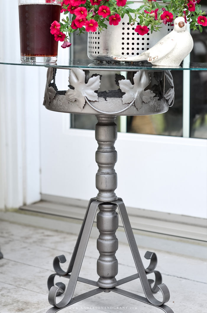 Tutorial on how to transform an old metal plant stand into an outdoor side table. #DIY #tutorial #DIYtable #outdoortable
