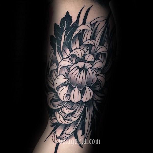 Foto de chica con tatuaje de Crisantemo