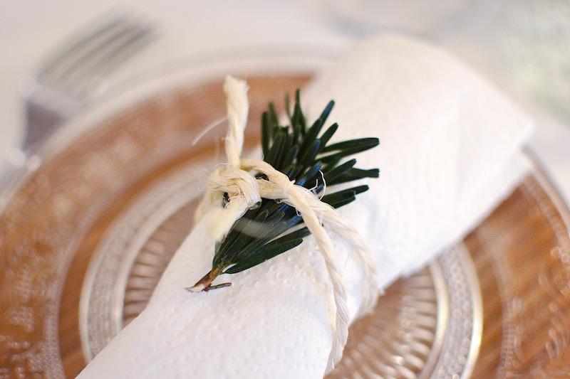 assiette bambou Hema, assiette en verre maisons du monde, serviette blanche et branche de sapin