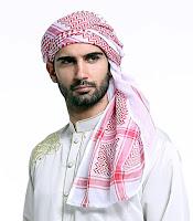 Beyaz gömlek giymiş sakallı genç bir Arap adamın başına sardığı kırmızı desenli sarık