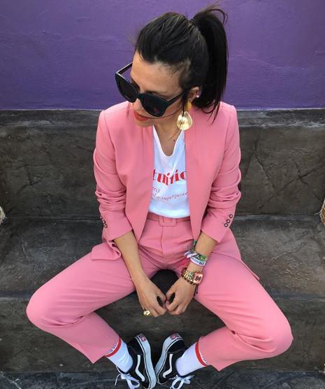 pantalon rosa zara camiseta mensaje traje chaqueta