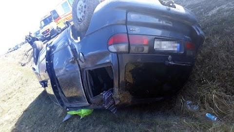 Halálos baleset Somogyban: betonhídnak és oszlopnak csapódott az autó, hárman ültek benne
