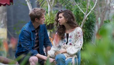 Rita (Alanis Guillen) se explica a Filipe (Pedro Novaes) — Foto: Globo