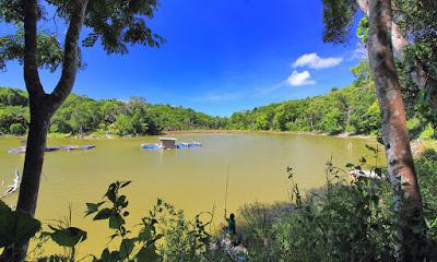 View siang hari di danau Nefokau