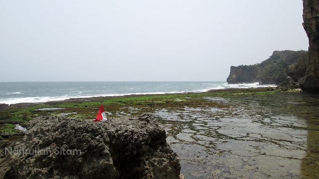 Bendera Merah Putih dan Segenggam Pasir Putih Pantai Ngunggah