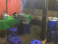 Walau Nasi Uduknya Tak Selalu Laris, Kakek Renta Ini Setia Tunggu Pembeli Hingga Tertidur