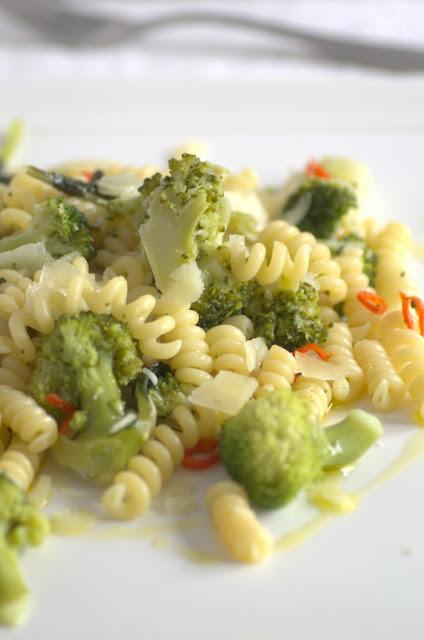 Fusilli bucati con broccolo verde e peperoncini freschi