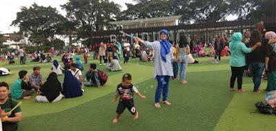 Ngabuburit di Taman Alun-Alun Bandung