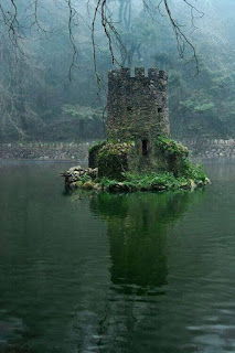 Menara istana Celtic yang terlepas dari ditenggelami air banjir.