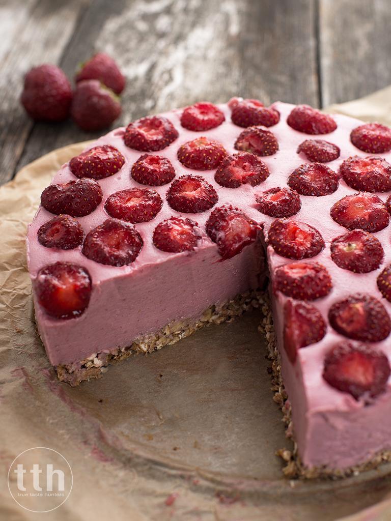Sernik jaglany z truskawkami, wodą różaną i tahini - przepis (weganskie, bezglutenowe, bez cukru)