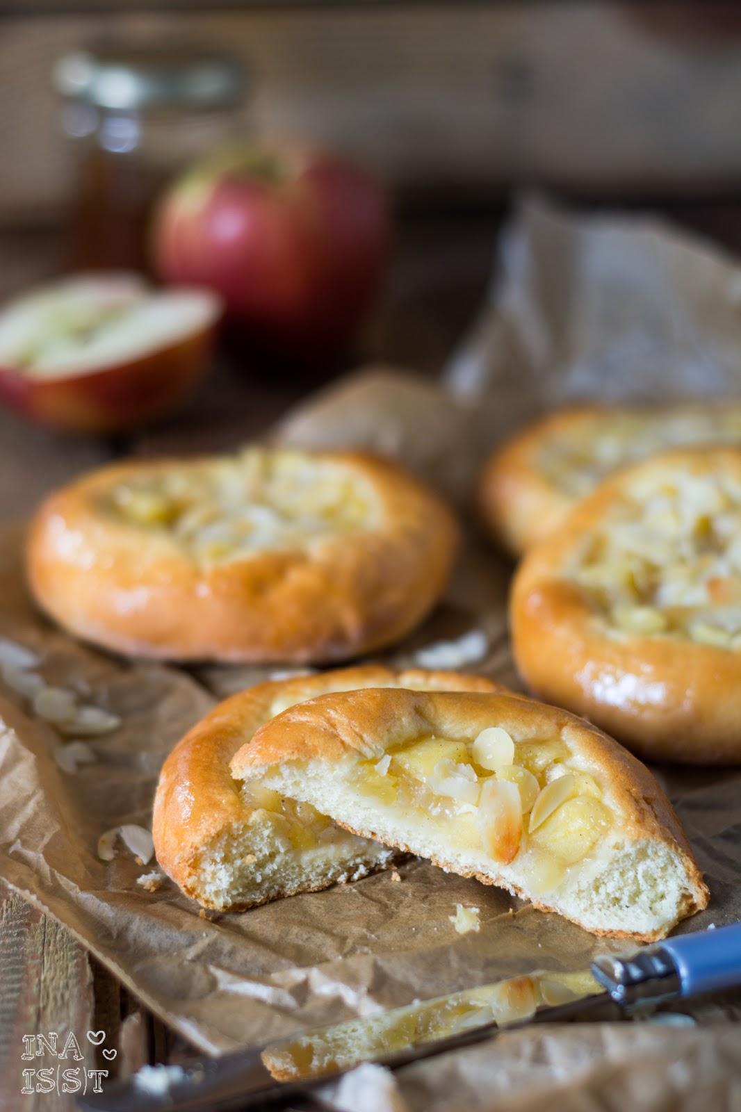 Apfelplunder mit Mandeln aus lockerem Hefeteig