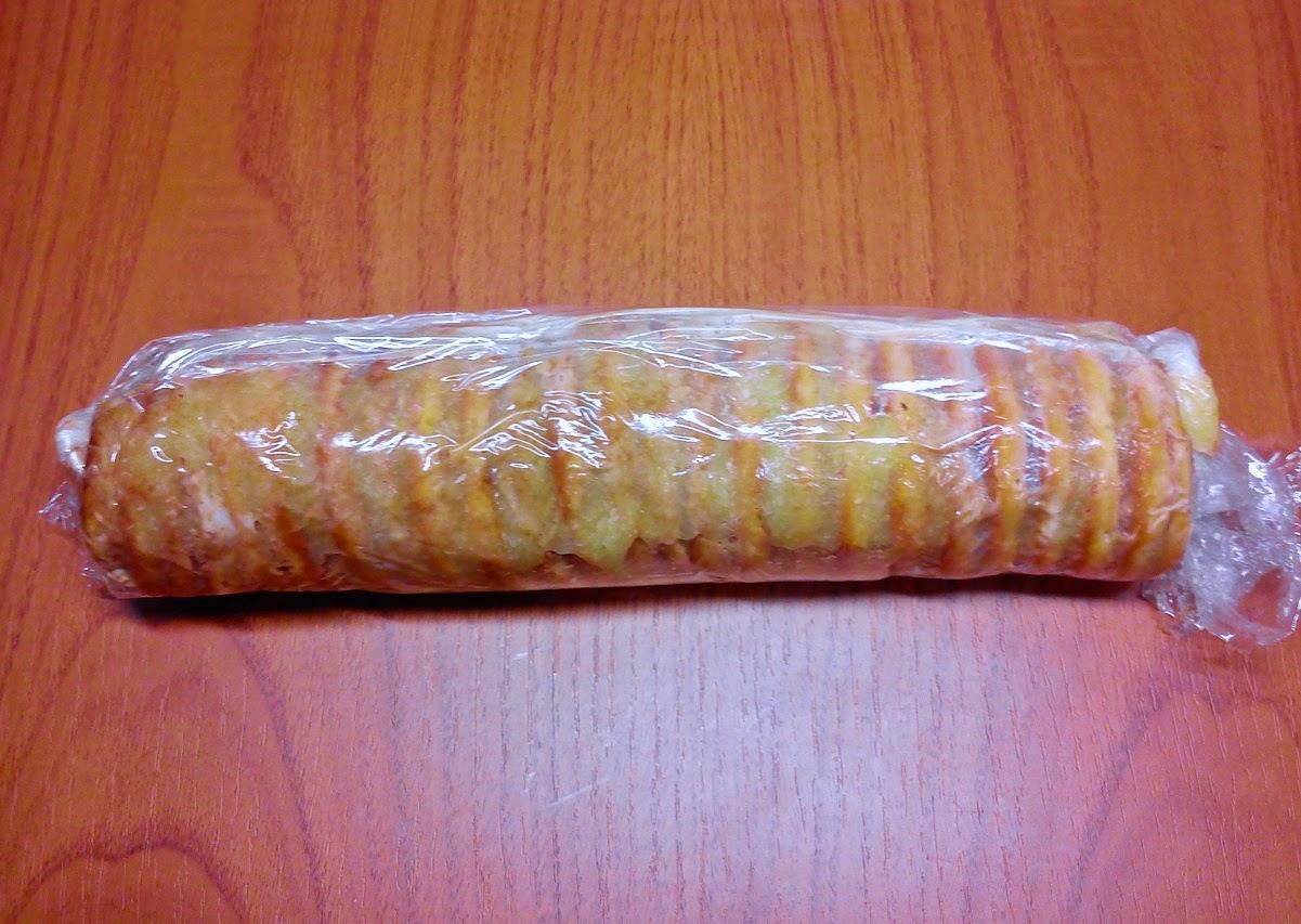 Tronco de Galletas y Crema de Almendra, Enrollado en Plástico de Cocina.