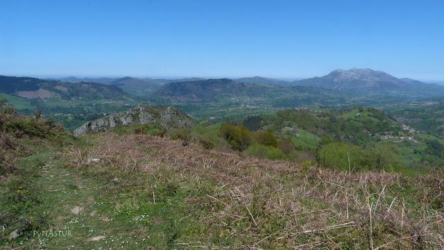 El Sellón con El Sueve al fondo - Piloña - Asturias