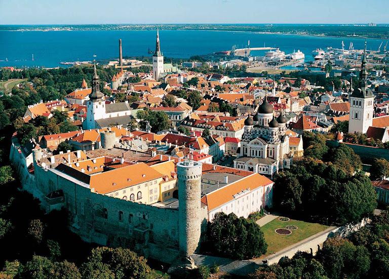Foto aérea da cidade de Tallinn, Estônia, modelo vivo de uma cidade medieval saudável, bonita que convida à virtude numa existência aprazível
