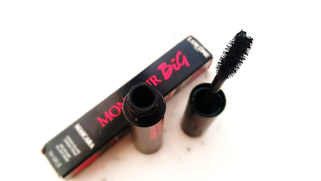 Close look at the mascara wand.